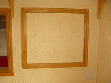 珪藻土の壁に記念の手形